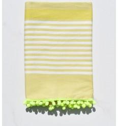 Toalla de playa blanca sucia, chartreuse con pompones