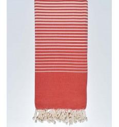 cubre cama rojo con rayas de color crudo